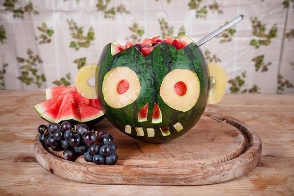 Melone, die wie ein Kürbis geschnitzt wurde