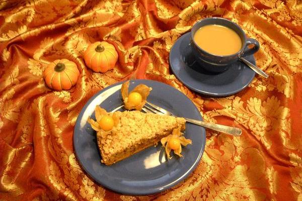 Kürbiskuchen mit Kaffee und Physalis als Dekoration