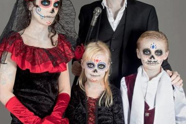 Familie in Halloweenkostümen - Sugar Skulls